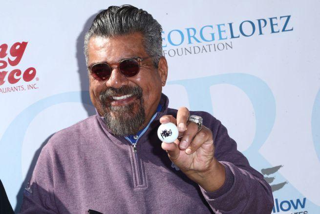 George-Lopez-urina-sulla-stella-Donald-trump
