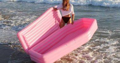 materassino bara 5 390x205 - Dove poter acquistare il materassino a bara rosa che spopola sul web? E a voi piace?? (FOTO)