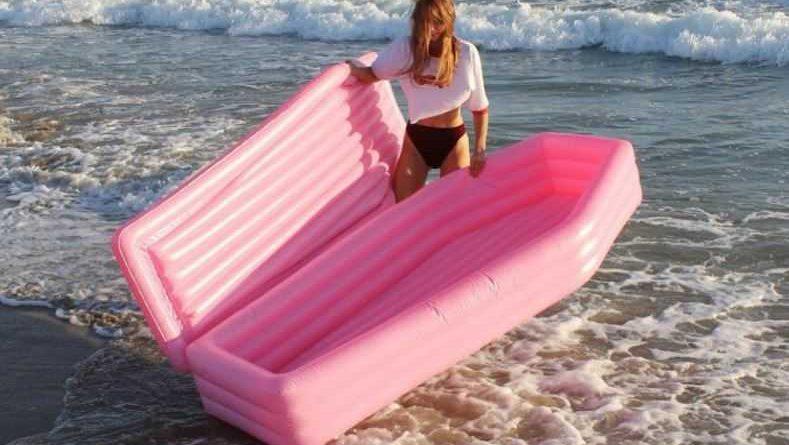 materassino bara 5 789x445 - Dove poter acquistare il materassino a bara rosa che spopola sul web? E a voi piace?? (FOTO)
