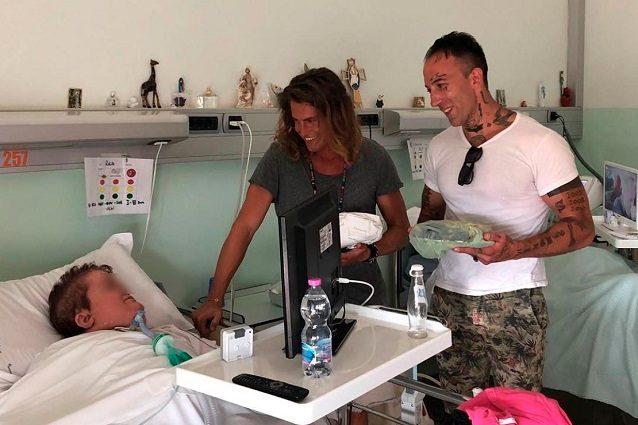 simone alberto gf 1 - Grande Fratello: Alberto Mezzetti e Simone Coccia cuore d'oro, visitano i malati di Villa Immacolata a Viterbo (VIDEO)