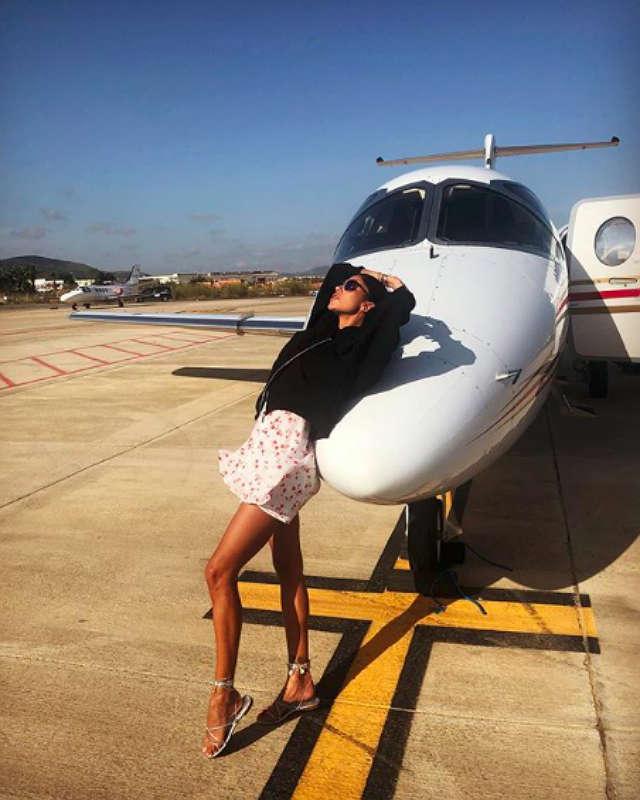 Belen Rodriguez, polemiche per la foto social con il jet pri