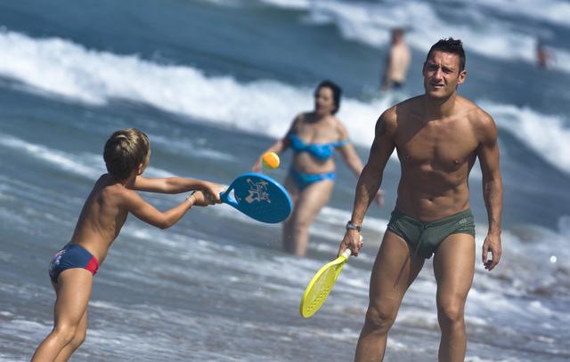 Francesco-totti-spiaggia-figlio