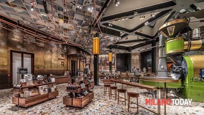 Starbucks-milano-apre-caffe-inaugurazione-fila-coda